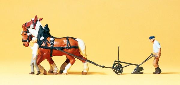 Preiser 30431 - H0 - Bauer mit Pflug, zwei Pferde
