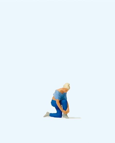 Preiser 28167 - H0 - Frau beim Schuhe binden
