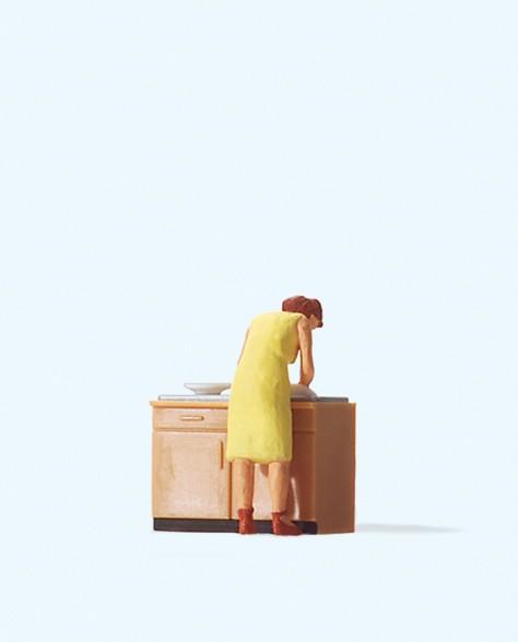 Preiser 28145 - Hausfrau beim Spülen
